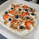 Leckere Joghurttafel mit Früchten und Crunchy